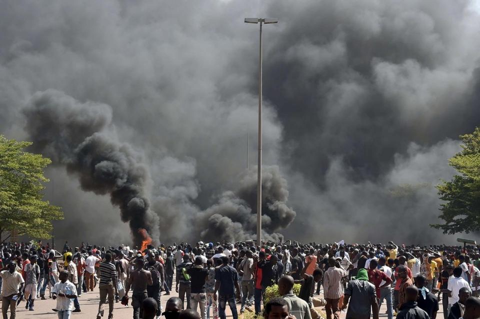 Ouagadougou: Des manifestants  incendient le parlement