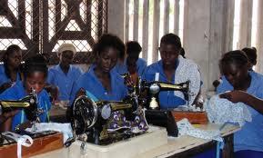 Formation des jeunes filles à la couture.