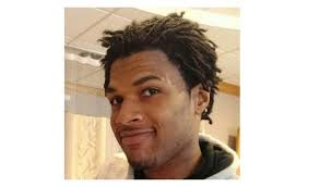 John Crawford III, 22 ans Beavercreek, Ohio PHOTO: Tiré de twitter John Crawford III, père de deux jeunes garçons, était au téléphone avec la mère de ses enfants dans un Walmart en Ohio, où il achetait un fusil à air comprimé. Un client a appelé le 911, affirmant qu'un homme pointait un fusil sur les gens. Des policiers dépêchés sur place l'ont vite abattu. Un grand jury d'Ohio a décidé de ne pas porter d'accusation contre les policiers, mais le département fédéral de la Justice fait enquête.